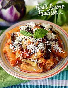 Ciao a tutti, oggi vi propongo la Pasta alla Norma, un buon primo piatto di origine siciliana, per l'esattezza di Catania. Il nome richiama l' opera di Bel