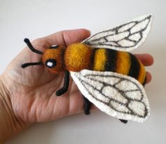 Needle felted bee by Issa Felt Fabric Animals, Felt Animals, Needle Felted Ornaments, Hedgehog Craft, Needle Felting Tutorials, Felt Material, Bee Crafts, Felt Decorations, Felt Brooch