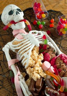 Halloween Dessert Table Skeleton Make this Halloween Dessert Table for your next party. Its quick and easy and it makes for a sweet centerpiece! The post Halloween Dessert Table Skeleton appeared first on Halloween Desserts. Spooky Halloween, Bolo Halloween, Postres Halloween, Halloween Party Themes, Halloween Dinner, Halloween Skeletons, Halloween Activities, Easy Halloween Food, Halloween Goodies