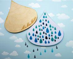 ....um Euch die regnerischen Herbstage ein wenig zu versüßen kommt hier eine von uns handgearbeitete große Brosche aus Holz in Form eines Regentropfen