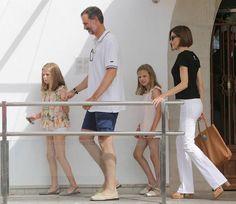 Los reyes Felipe y Letizia acuden a la última jornada de regatas con sus hijas