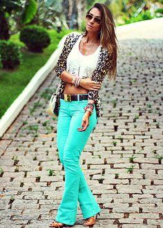 def2dd4fff Regata  Moikana . Cardigan  ChicLet Store . Sandália  Schutz Look do dia  com calça azul piscina da Mac Stile Jeans. As calças coloridas são sempre  uma ...