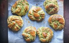Twisted buns with pesto and white cheese Cheese Buns, Brioche Recipe, Kale Pesto, Little Lunch, White Cheese, Twist Bun, Bun Recipe, Baked Goods, Food Porn
