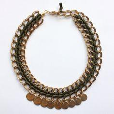 LURUACO collar corto verdee militar tejido con cadenas doradas y colgantes redondos