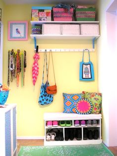Pink Friday - Älskar färg! Bloggar om färgstark inredning och pyssel. Jobbar i färgaffär och designar ibland mönster för liandlo. Vid frågor: pinkfriday@live.se Decor, Country Hallway, Colorful Interiors, Interior, Cute Cottage, Entry Hallway, Home Decor, Inspiration, House Colors