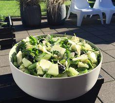 Få opskriften på en super nem blomkålssalat, der vil vække glæde til ethvert sommermåltid. Salaten er med blomkål, friske bønner, blåbær, honningmelon m.m.
