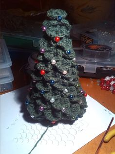 Albero di Natale uncinetto e perle incorporate nel lavoro