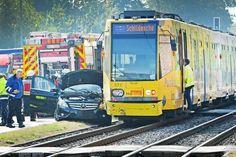 Fahrzeuginsasse verletzt – Mobiel setzt +++ Schienenersatzverkehr ein Auto prallt gegen Stadtbahn