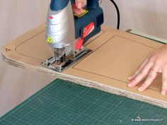 Bien utiliser sa scie-sauteuse pour fabriquer ses meubles en carton