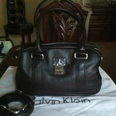 💕💕Calvin Klein Leather Satchel & Cross body💕💕 CK Off Black leather satchel with removable strap, silver tone hardware. Inside lined with logo fabric, 2 pockets and a zippered pocket. Back has a slit pocket. In great condition Calvin Klein Bags Satchels