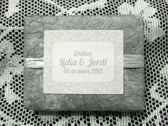 Jabón artesanal como detalle de boda en tonos plateados. Con papel arrugado y etiqueta a juego.