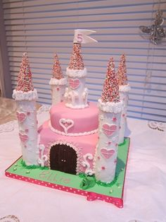 princess castle for a fifth birthday, just watched big fat gypsy wedding, omg that castle cake was huge! Fairy Castle Cake, Castle Birthday Cakes, Birthday Cake Girls, Princess Birthday, Birthday Parties, Castle Cakes, Princess Party, Knight Cake, Nella The Princess Knight