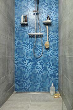 inloopdouche. zwarte muren in de badkamer geven een heel andere, Badkamer