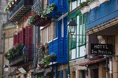 Top 10 de pueblos del País Vasco - Fuenterrabía, coloridas y floridas casas entre edificios medievales | Galería de fotos 8 de 14 | Traveler