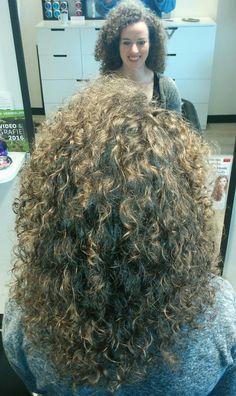 Prachtige Krullen geknipt in lang haar bij krullenkapper Haarstudio DUET & friends te Hengelo. hairstyles. Dit is natuurlijk krullend haar, geen permanent en NIET geknipt met de Curlsys methode van Brian Mclean, model is geknipt door krullenkapper, krullenspecialist, allround hairstylist. Marjan van Haarstudio Duet & friends in Hengelo.