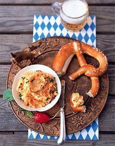 Feiern Sie mit Ihren Freunden zu Hause ein kleines Oktoberfest! Es gibt deftige Spezialitäten wie Weißwürste, Obatzter, Hendl und Haxn.