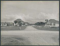 Ini adalah Oranje Boulevard di Bandung tahun 1920, merupakan daerah yang baru di buka. Rumah rumah baru ini di peruntukkan bagi pegawai negeri Belanda dengan jabatan yang sudah cukup tinggi. Sekarang nama jalan ini adalah Jalan Dipati Ukur dekat Universitas Padjadjaran.