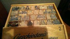 Oude kist met stempels.