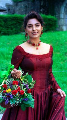 """""""Juhi Chawla won the most sensational actress award for her brilliant performance as Sonia in Duplicate . Most Beautiful Bollywood Actress, Indian Bollywood Actress, Beautiful Actresses, Indian Actresses, Bollywood Outfits, Bollywood Fashion, Beautiful Girl Indian, Beautiful Saree, Simply Beautiful"""