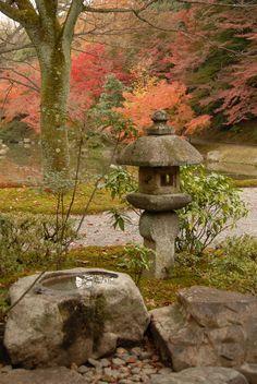 Sentō-gosho garden in Kyoto Japanese Garden Lanterns, Japanese Stone Lanterns, Dream Garden, Garden Art, Garden Design, Bush Garden, Japan Garden, Japanese Landscape, Chinese Garden