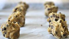 Cookies με ταχίνι, βρώμη και σοκολάτα | kouzinista Food Crafts, Banana Bread, Healthy Snacks, Pancakes, Cookies, Desserts, Recipes, Health Snacks, Crack Crackers