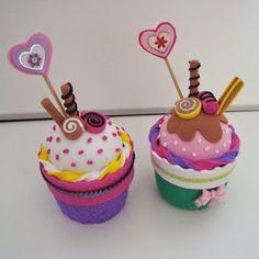 Una idea para envolver nuestros regalos estas fiestas. Sólo necesitamos un lazo y un cordón para realizar este bonito Packaging Navideño. Felt Crafts Diy, Foam Crafts, Craft Gifts, Washcloth Cupcakes, Felt Cake, Cream Candy, Cupcake Gift, Cute Clay, Felt Food