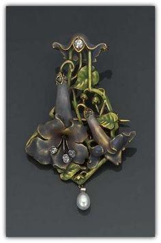AN ART NOUVEAU ENAMEL, DIAMOND, CULTURED PEARL AND GOLD PENDANT BROOCH - ca 1890. | Christie's