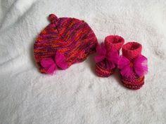 bonnet chaussons bébé tricoté en laine layette multicolore et petits noeuds en organza fuchsia : Mode Bébé par bebelaine