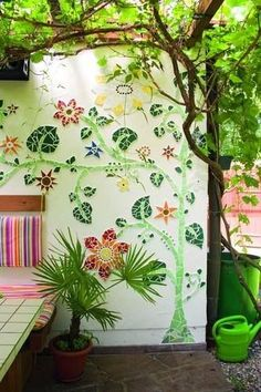 Garden ideas: Pretty DIY mosaic projects for the garden! Check out this and my other garden mosaic ideas! These mosaic projects will add style and class to your backyard!
