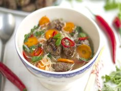 Thaisuppe med risnudler Asian Soup, Thai Red Curry, Ramen, Oatmeal, Favorite Recipes, Beef, Breakfast, Ethnic Recipes, Desserts