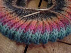 mackókötés vagy turbánkötés, körbe kötött mackó kötés, körbe kötött sapka Knitted Gloves, Knit Crochet, Knitting, Hats, Diy, Accessories, Snow, Fashion, Breien