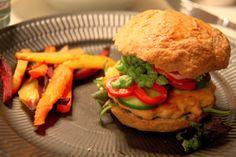 Camouflagefisk - Hjemmelavet burger med laksebøffer - Mor Med Mere