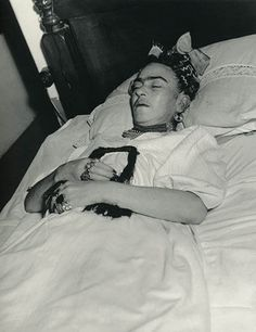 Frida Kahlo de Rivera Post Mortem (born Magdalena Carmen Frieda Kahlo y Calderón; July 1907 – July was a Mexican painter, born in Coyoacán, who is best known for her self-portraits. Diego Rivera, Frida E Diego, Frida Art, Memento Mori, Indira Ghandi, Fridah Kahlo, Kahlo Paintings, Post Mortem Photography, Mexican Artists