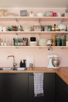 Avohyllyillä astiat pysyvät järjestyksessä itsestäänkin, mutta muille tykötarpeille ja ruokapakkauksille Mayn kätevät metallikorit tuovat vähän jämptimpää säilytyspaikkaa. Täällä on seottu Mayn metallikoreista keittiössä, siivouskomerossa ja toimistossakin.