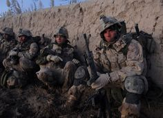 Canadian soldiers rest opposite a sand wall before move to take control of their objective, Nov Canadian Soldiers, Canadian Army, Military Mom, Military History, Force Pictures, Female Marines, Afghanistan War, Royal Marines, Red Army
