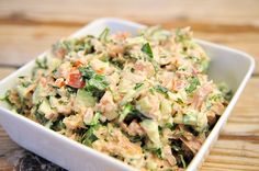 Dit tonijnsalade recept is simpel, lekker en voedzaam. Tonijnsalade kan je op veel verschillende manieren maken, maar dit is onze absolute topper.