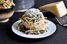 Portobello and Leek Carbonara from @How Sweet Eats Portobello, Hamburgers, Linguine, Pasta Noodles, Zucchini Noodles, Pasta Recipes, Leek Recipes, Spaghetti Recipes, Cooking Recipes