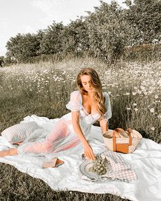 Picnic Photography, Photography Poses, Summer Aesthetic, Aesthetic Photo, Aesthetic Outfit, Picnic Pictures, Insta Photo Ideas, Graduation Pictures, Summer Picnic