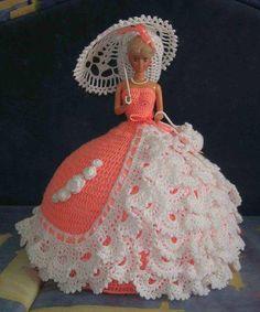 Crochet Barbie Patterns, Crochet Doll Dress, Barbie Clothes Patterns, Crochet Barbie Clothes, Doll Patterns, Crochet Hats, Accessoires Barbie, Crochet Ripple Blanket, Barbie Gowns