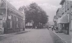 Weer terug op de Nijverdalsestraat eind jaren 30. Links garage v.d. Broeke (nu Rick's flowers). Aan de rechterzijde de kapperzaak van Schipper, vanaf 1928 uitgebreid met een dames kapsalon. In 1982 werd de kapsalon overgenomen door de schoonzoon Jan Pas. Verderop zien we de brink, ook wel markt genoemd, waar de Oale Marckt nu gevestigd is.