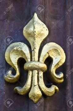 golden-fleur-de-lis-on-a-facade-