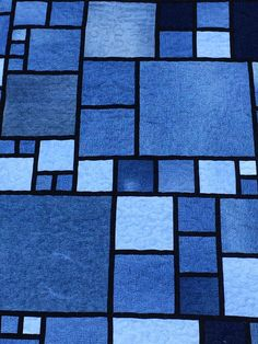 Don't you love this pattern? I have been looking for a denim quilt pattern to make use of a full tote of jeans parts that I've had for year. Denim Quilt Patterns, Denim Quilts, Denim Rug, Jean Crafts, Denim Crafts, Rag Quilt, Quilt Blocks, Blue Jean Quilts, Crumb Quilt
