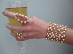 Ce bracelet élégant et unique est tricotée avec lumière jaune/or eau douce perle (6mm ou 14 pouce) et le fil de couleur or à la main. Pour fermer
