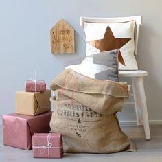 Decoración navideña con sacos de regalo