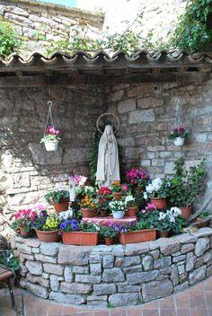 Marian Garden Idea - Katrina - Marian Garden Idea Love the covering - Garden Deco, Garden Art, Garden Design, Prayer Garden, Meditation Garden, Grotto Design, Marian Garden, Sacred Garden, Garden Water Fountains