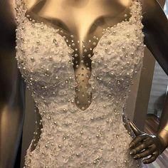 Detalhe do vestido luxuoso que ficou prontinho essa semana para as nossas noivas. Decote frontal e lateral e muito brilho!  #universodasnoivas #noiva #weddings #wedding #weddingday #weddingdress #casamento #casamentos #vestido #vestidos #vestidodenoiva #madrinha #likes #instalikes #love #deliriodenoiva #atelie #estilista #linda #maravilhosa #perfeito #diva #top #veudenoiva #diadanoiva #decote #brilho