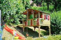 Children's playhouse in the garden: Tips for furnishing and decoration - All About Childrens Playhouse, House On Stilts, Backyard Playground, Sloped Backyard, Time Kids, Back Gardens, Painting For Kids, Kids House, Play Houses