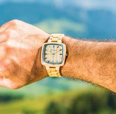 """Die """"Impression"""" Uhr aus Ahornholz will mit ihrem hellen, strahlenden Ahornholz einen nachhaltigen, bleibenden Eindruck hinterlassen. Der grüne Sekundenzeiger hebt sich vom schlichten Holzziffernblatt ab und macht die Uhr zu einem ganz besonderen Accessoire. Damit sind sie immer bestens ausgestattet für jeden Anlass - ob trendig oder trachtig. Wood Watch, Accessories, Wooden Clock"""