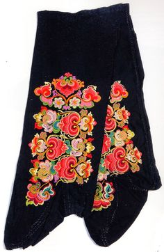 FolkCostume&Embroidery: East Telemark, Norway, socks and shoes for Raudtroje… Folk Embroidery, Embroidery Designs, Russian Fashion, Russian Style, Folk Costume, Costumes, Bridal Crown, Old And New, Floral Tie