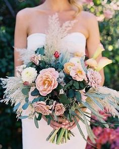 Super charmoso! 💐 Lindo buquê de flores todo trabalhado no visual do casamento. Entre rosas e tons claros, verdes e vermelhos, com folhagens parecendo penas dando um toque todo especial ao buquê. 💕 {via @tecpetaja website} #buquedeflores #bohochic #casamento #identidadevisual #floralbouquet #floraldesign #bohochicwedding #wedding #visualidentity #armazeminspira